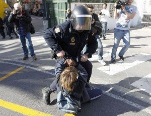 Valence - Espagne : violences policières contre les étudiants dans Austerite 1329747482_238876_1329755190_noticia_normal-300x231