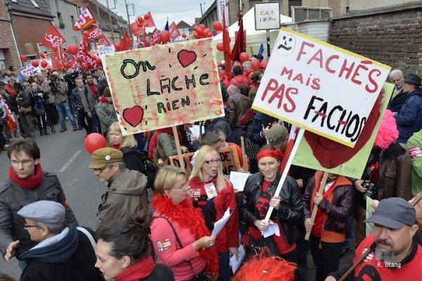 Beau succès de la marche contre l'austérité et le fascisme dans France marche-hb-ok