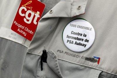 Non à la casse de l'usine de PSA Aulnay : signez la pétition ! (CGT) dans CGT 362061_un-delegue-cgt-de-psa-porte-un-badge-contre-la-fermeture-du-site-le-13-juillet-2012-a-aulnay-sous-bois