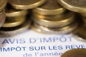 40% de revenus en plus pour les 0,01 % les plus riches dans ECONOMIE 398873_photo-realisee-le-7-septembre-2012-a-paris-d-un-avis-d-imposition-sur-le-revenu-et-de-pieces-de-1-euro-300x199