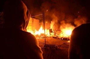 Roms : attiser la haine n'est pas une solution dans PCF les-riverains-ont-mis-le-feu-aux-restes-du-camp_918093_460x306-300x199