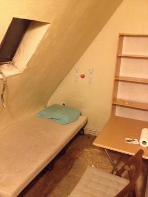 Indigne - Une mère célibataire expulsée illégalement d'un 4 m² dans France taudis1