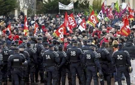 Manifestation des Goodyear devant le siège social de GDTF à Rueil-Malmaison dans Emplois